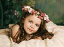 ursnyggt ståendebarn för elegant flicka arkivfoto