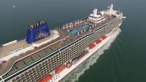Ursnyggt surrflyg för antenn 4k över stort för kryssningskepp för lyxig semesterort som turist- segla för eyeliner är långsamt i  lager videofilmer