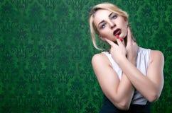 Ursnyggt tonad bild för flicka yrkesmässigt smink arkivfoto