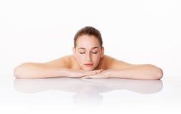 Ursnyggt vila för kvinna, symbol av att rentvå, hydration och rogivande skincare Royaltyfria Foton