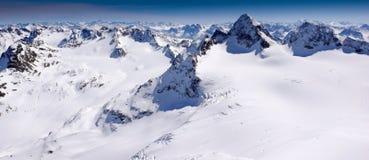 Ursnyggt vinterberglandskap med den berömda Pizen Buin och en glaciär i de schweiziska fjällängarna royaltyfri fotografi