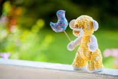 Urso amarelo no banco Fotografia de Stock Royalty Free