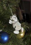 Urso branco na árvore de Natal Fotografia de Stock Royalty Free