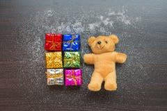 Urso da caixa de presente e de peluche no fundo de madeira Fotografia de Stock