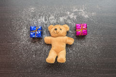 Urso da caixa de presente e de peluche no woobackground Imagem de Stock