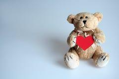 Urso da peluche com um coração imagens de stock royalty free