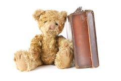 Urso da peluche e mala de viagem velha do vintage foto de stock royalty free