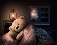 Urso da peluche na cama Fotos de Stock Royalty Free