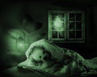 Urso da peluche na cama Imagens de Stock Royalty Free