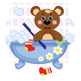 Urso da peluche que rega no banho Fotografia de Stock