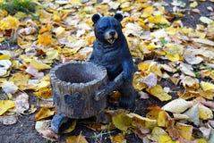 Urso de madeira com a calha de alimentação para esquilos e pássaros para dentro imagens de stock royalty free