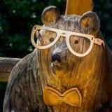 Urso de madeira com vidros imagem de stock royalty free
