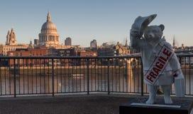 Urso de Paddington e St Pauls, Londres Fotos de Stock Royalty Free