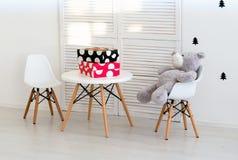 Urso de peluche bonito que senta-se na cadeira Imagem de Stock