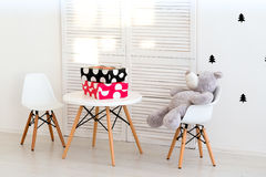 Urso de peluche bonito que senta-se na cadeira Imagens de Stock Royalty Free