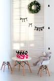 Urso de peluche bonito que senta-se na cadeira Foto de Stock Royalty Free