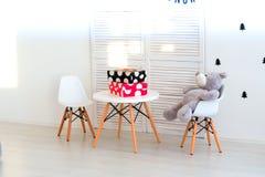 Urso de peluche bonito que senta-se na cadeira Fotos de Stock