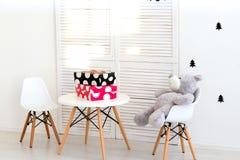 Urso de peluche bonito que senta-se na cadeira Fotografia de Stock