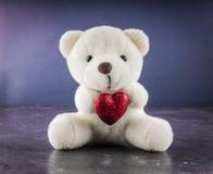 Urso de peluche branco com carta de amor no fundo vermelho do cinza do coração Diga i você para o conceito do dia do ` s do Valen Fotos de Stock Royalty Free
