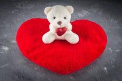 Urso de peluche branco com carta de amor no fundo vermelho do cinza do coração Diga i você para o conceito do dia do ` s do Valen Fotos de Stock