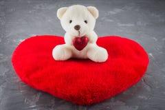 Urso de peluche branco do brinquedo com coração em um fundo cinzento O símbolo do dia dos amantes Dia do Valentim Conceito o 14 d Imagens de Stock Royalty Free