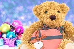 Urso de peluche com ano novo dos presentes e dos ornamento Foto de Stock