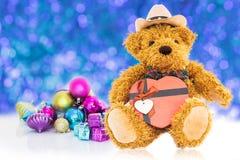 Urso de peluche com ano novo dos presentes e dos ornamento Foto de Stock Royalty Free