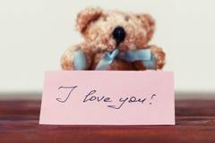 Urso de peluche com uma nota que diz o ` do ` eu te amo imagem de stock royalty free