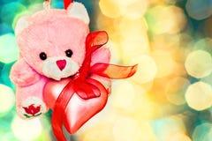 Urso de peluche cor-de-rosa com close-up cor-de-rosa do coração Fotografia de Stock