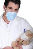 Urso de peluche cura do cirurgião fotografia de stock