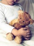 Urso de peluche da formiga do menino Fotografia de Stock Royalty Free