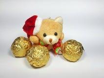 Urso de peluche de Santa Claus com bola dourada Fotografia de Stock Royalty Free