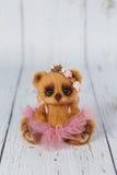 Urso de peluche do artista de Brown no vestido cor-de-rosa um do tipo Imagens de Stock Royalty Free