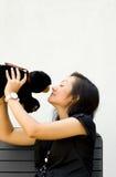 Urso de peluche do beijo da mulher nova Imagem de Stock