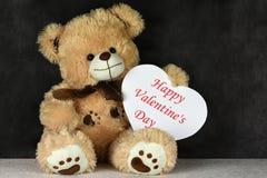 Urso de peluche do brinquedo do dia de Vatentines com quadro do coração imagens de stock