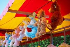Urso de peluche do brinquedo em uma loja imagens de stock