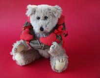 Urso de peluche do Valentim com grinalda imagem de stock royalty free