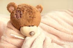 Urso de peluche doente Fotos de Stock Royalty Free
