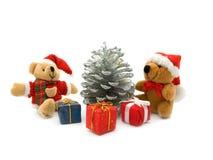 Urso de peluche dois, pinho e três caixas de presente da cor Fotos de Stock Royalty Free