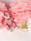 Urso de peluche e decoração cor-de-rosa do papel, pom-pom Foto de Stock Royalty Free