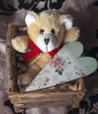 Urso de peluche marrom pequeno com coração do vintage Fotos de Stock Royalty Free