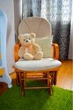 Urso de peluche na cadeira de balanço - vector EPS10 foto de stock royalty free