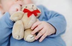 Urso de peluche na mão do bebê Fotos de Stock Royalty Free