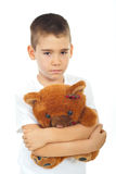 Urso de peluche triste da terra arrendada do menino Fotografia de Stock Royalty Free