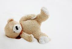 Urso do brinquedo perdido na neve fotos de stock royalty free