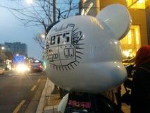 Urso do BTS na estrada da K-estrela de Seoul fotografia de stock