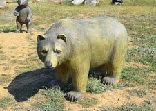Urso do manequim do manequim no gramado Imagem de Stock Royalty Free