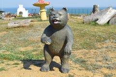 Urso do manequim do manequim no gramado Imagens de Stock