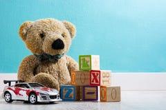 Urso e brinquedos de peluche em uma sala do ` s do bebê fotografia de stock