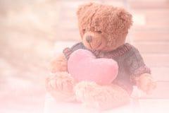 Urso e coração vermelho Fotografia de Stock